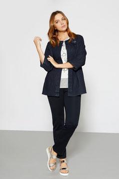 Un jean avec une veste en jean, décalé avec un t.shirt clair, look jean avec sandales, (Éléna Miro)