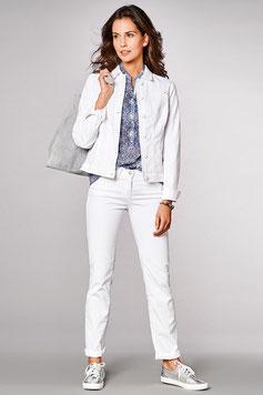 Un jean blanc associé à une veste en jean blanche aussi, tshirt coloré et tennis argenté. (bianca)