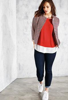 On accompagne le jean d'un top, d'une veste et de tennis: tenue confortable pour aller travailler! (Éléna Miro)