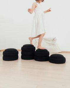 Kind balanciert auf einem Stapelstein PHOENIX Balancepfad