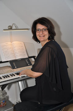 Claudia Breiter am Keyboard