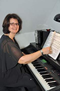 Claudia Breiter am E-Piano