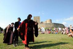 Marazula en nobles au pied du château