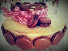 entremet chocolat, insert lemon curd, glacage citron, décoration macarons chocolat