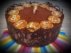 dacquoise chocolat, gavottes pralinées, insert fraises, mousse chocolat, décoration nougatine
