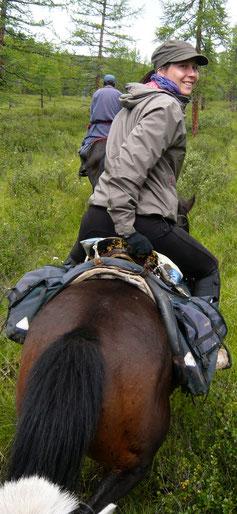 Progression à cheval en forêt en Mongolie