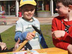 Kinder bauen eine Nisthilfe