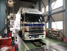 車検を受ける大型トラック