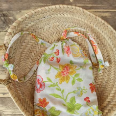 pochon, sac à tout, sac à vrac, tissu upcyclé imprimé fleurs vertes rouges jaunes fond blanc