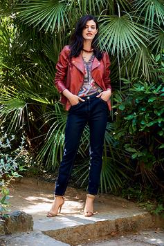 On associe un jean foncé à un perfecto en cuir bordeaux, un top assorti et des talons pour le coté glamour! (Julie Guerlande)