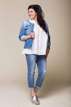 Un jean déchiré, un top en dentelles, une veste en jean et des sandales compensées (Sophia Curvy)