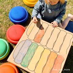 Kind malt auf dem Stapelstein Karton
