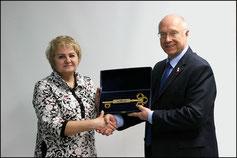 На фото: Председатель Совета 2017 года Юрий Степанович Гамеров передает символический ключ от Гардарики новому Председателю Совета 2018 года Галине Васильевне Шубиной.
