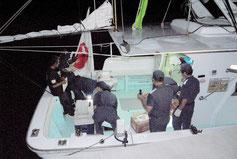 出港前、石垣海上保安部の臨検を受ける「頑張れ日本」ツアーの漁船(17日午後11時ごろ)