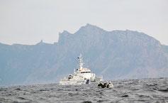 尖閣諸島の魚釣島周辺を航行し、警戒に当たる日本の巡視船(仲間市議提供)