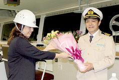 初入港した「ちゅらしま」の與那嶺船長へ花束が贈呈された=1日夜