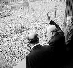Londres, 8 mai 1945, Churchill salue la foule