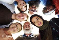 Foto - Viele lachende Menschen mit unterschiedlichen Nationalitäten