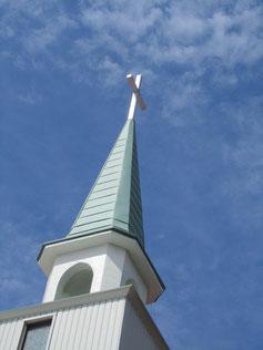 大空に高く十字架を掲げているというイメージです。