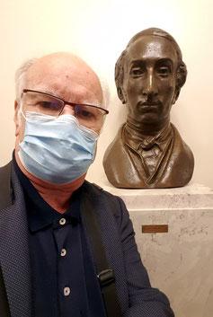 """In der Dresdener Semperoper vor der  Büste von Carl Maria von Weber,  dem Komponisten der international bekannten Oper """"Der Freischütz"""""""