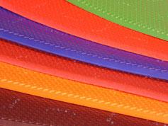 Cette image représente les différents coloris de caoutchouc vibram utilisé pour les sabots suédois femme et homme : rouge, vert, orange, noir, marron foncé, brique et bleu vif