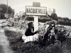 Avec ma mère, un panneau qui n'existe plus depuis la fusion avec Urville en 1964