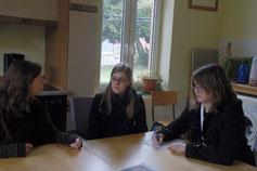 Vanessa (links) im Gespräch mit den Zeitungsreportern