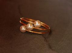 feiner Goldring mit drei Perlen handgefertigt vom Goldschmied