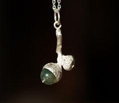 kleine Eichel aus Silber mit Moosachat grün als Schmuckanhänger