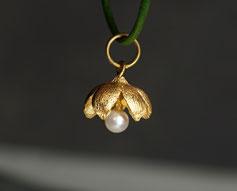 kleiner Schmuckanhänger aus Silber vergoldet mit Perle Blüte