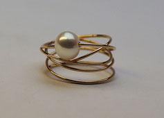 feiner Goldring mit Perle handgemacht vom Goldschmied
