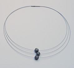 graue schwarze glitzernde Edelsteinkugeln als Halsschmuck