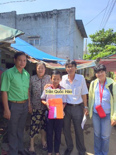 Trước cửa nhà. Thầy Quang- bà ngoại- Hào- thầy chủ nhiệm