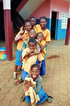 7 Schüler/innen mit gelb-blauen Schuluniformen