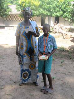 Sarjo mit seiner Mutti bei der Schulgeldzahlung 2012