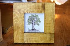 手作り額をつけたトリたちの木の絵