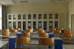 Rückwand eines Fachklassenraumes mit Sammlungsschränken und darüber/daneben Platz für Schallabsorber