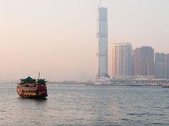 Dschunke im frühen Morgenlicht in der Bucht von Hong Kong. Foto: Klaus Schoerner