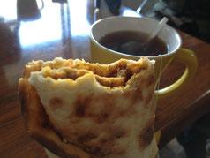 """Frühstück auf dem Weg: """"Gischig"""" (Schreibweise?) und Tee."""