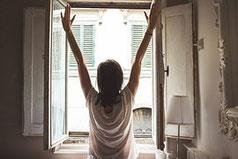 buongiorno iniziare bene giornata intensa distesi disteso letto sbadigliare sintonizzare ascolto corpo quiete consapevolmente sogni mondo ovattato mentale jon mindful therapy terapia mattino quotidiana