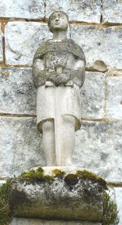 Statue sur la façade de l'église d'Aumâtre