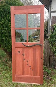 赤いドア 木のドア 猫カフェ 玄関扉