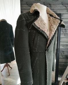 Maßanfertigung Kostümreplik, wattierter Parkamantel mit Fellkragen nach der letzten Anprobe