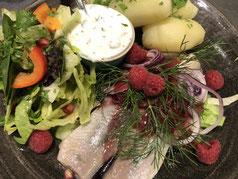 """""""Breeger Teller"""" Matjes mit Feigensenfkirschdressing, Pellkartoffeln & Salat"""