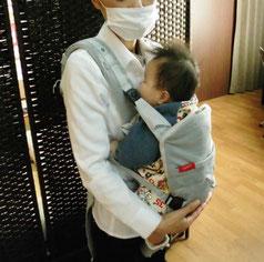赤ちゃんはこんな感じで抱っこしています。