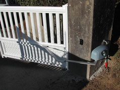 Motorisation de portail vers l'extérieur avec automatisme à bras