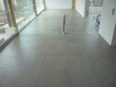 Mit Anhydrit aus dem Graubünden ist der Boden ohne Einfärbemittel Grau.