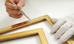 Gold mit dem Achat polieren