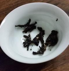 紫藤熟普洱黄金餅2011 茶殻・・・全体的に細かくちぎれた感じ