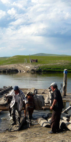Passage de bac à cheval au Khovsgol en Mongolie